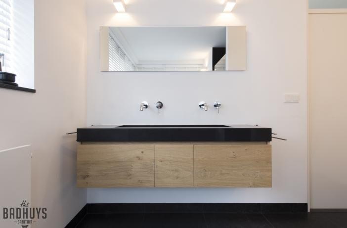 Zwarte Tegels Badkamer : Moderne badkamer met zwarte tegels en meubel in eikenhout het