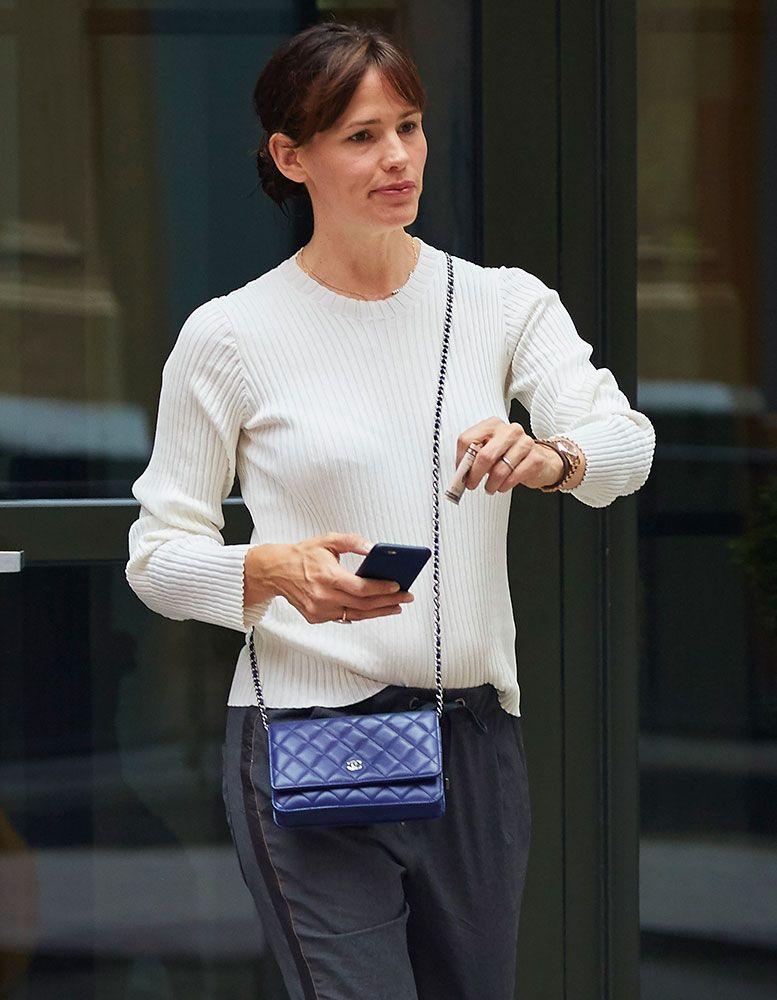 2f14030ee290 Jennifer-Garner-Chanel-Wallet-on-Chain-Bag | Oh no | Chanel wallet ...