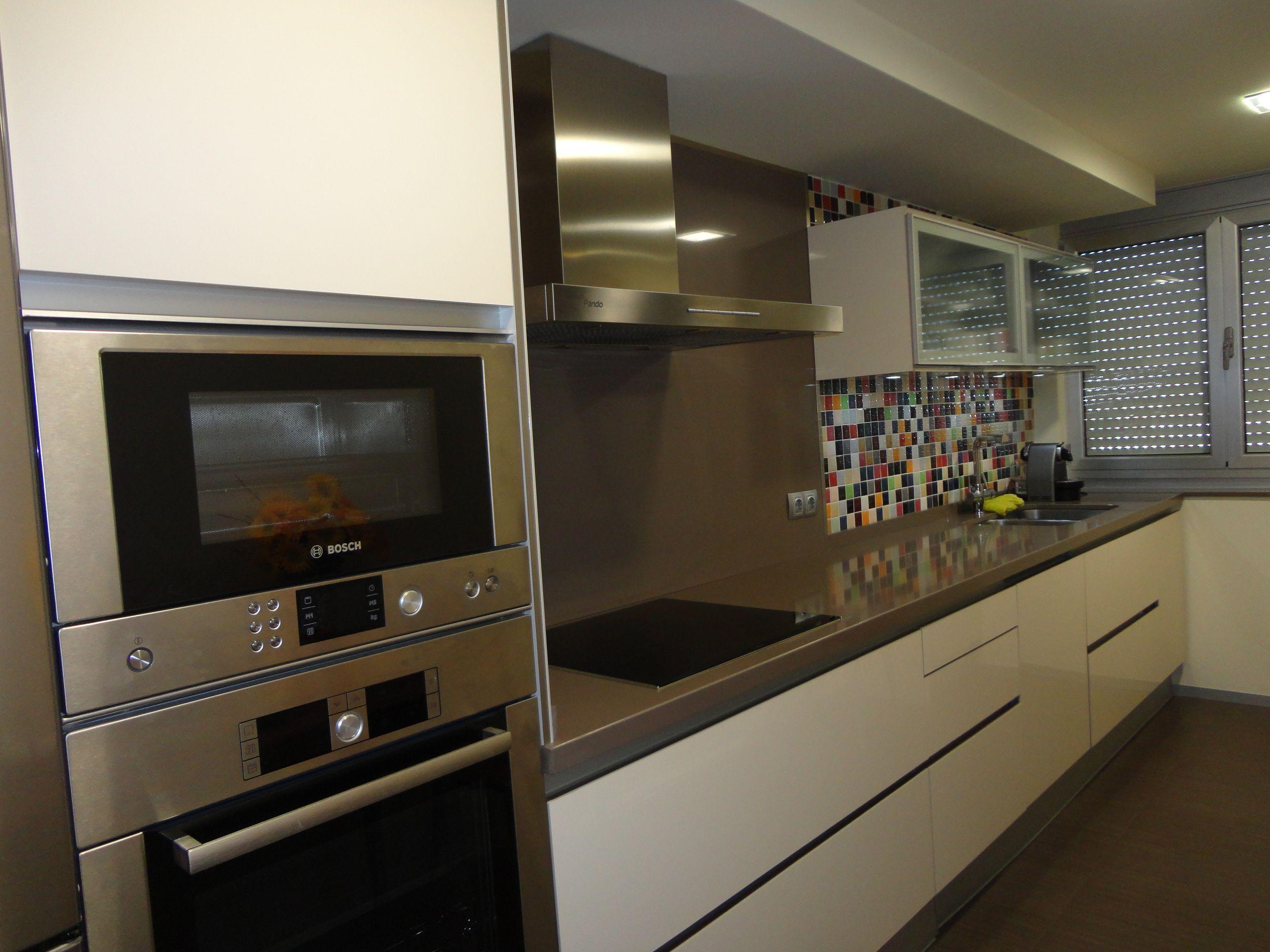 cocina lineal con puertas en laca luxe color crema ,encimeras en ...