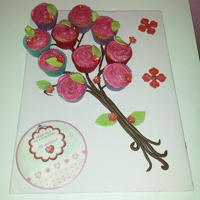 Bandeja-ramo de #minicupcakes para regalar el dia de la madre #diadelamadre #mama #madrenohaymasqueuna #buttercream #caelereposteriacreativa #caele #Lugones #Asturias