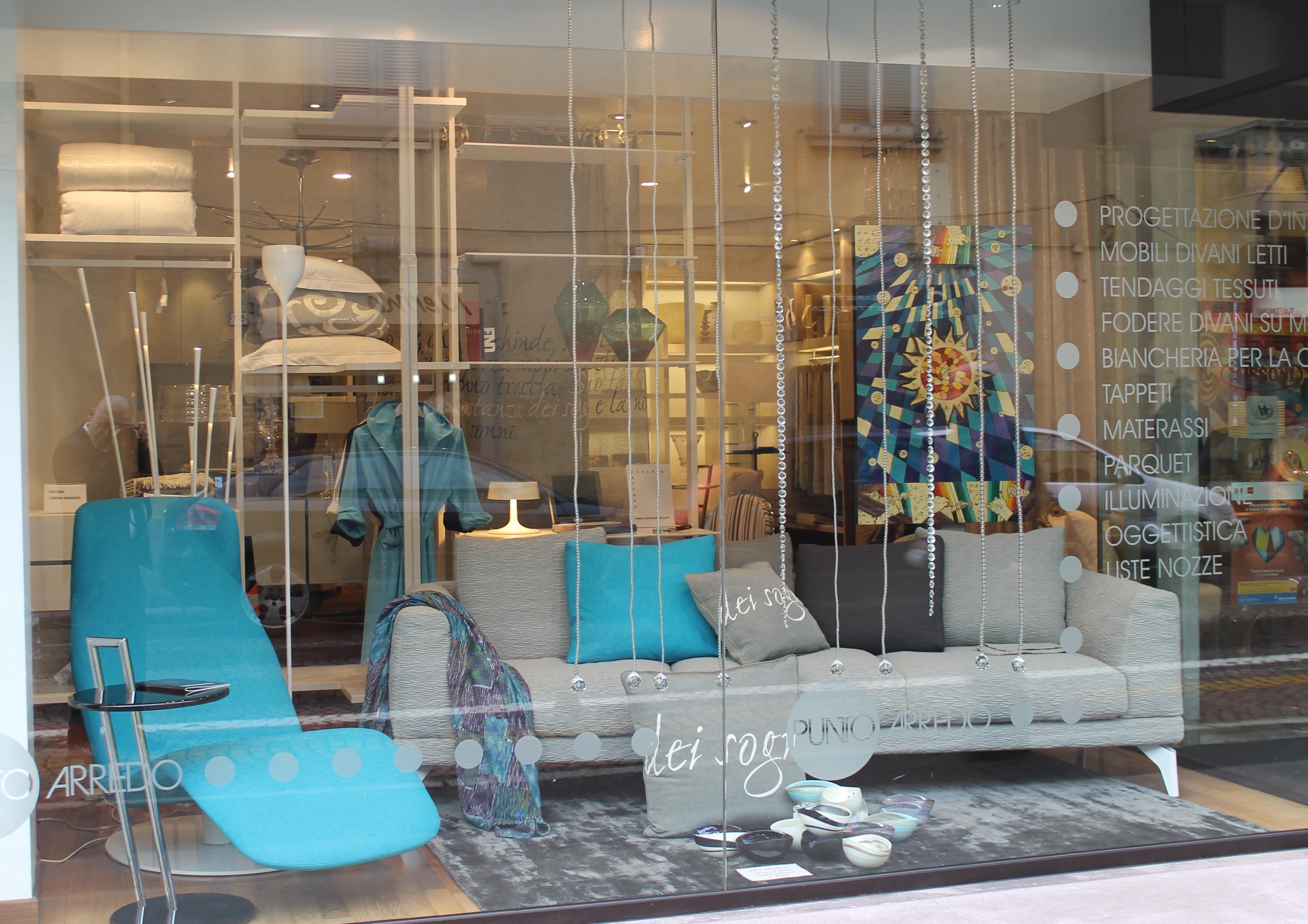 Vetrina con divano e chaiselongue Mussi http://www.puntoarredo.info/vetrine-2/