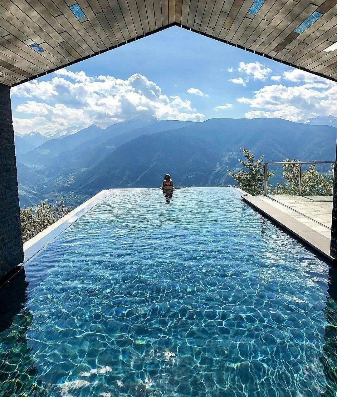 Dit Is Het Miramonti Boutique Hotel In De Dolomieten In Italië Wat Een Uitzicht Volg Ook Droomplekken Nl Amazing Swimming Pools Dream Pools Beautiful Places