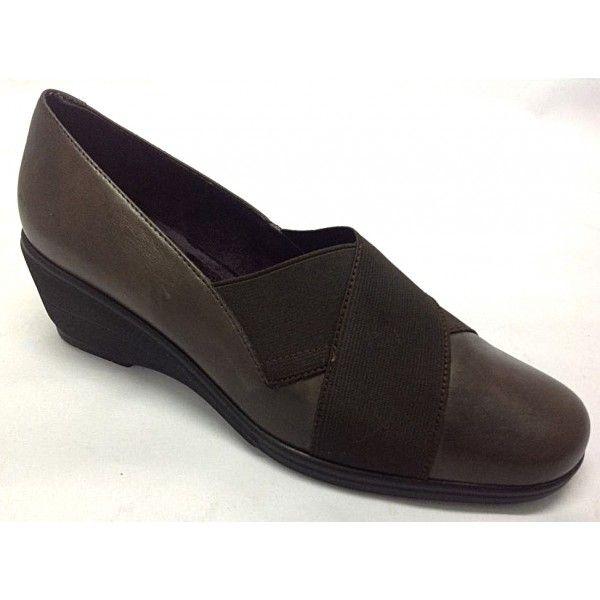 Zapato cómodo de elásticosEste modelo es diferente al resto, gracias a los elásticos aporta una ajuste y una comodidad excelente.El piso es de poliuretano, en forma de cuña, lo que hace que el caminar sea super confortable.Zapato súper ligero y flexible.Disponible en colores, negro y marrónTallas desde el 35 al 41.