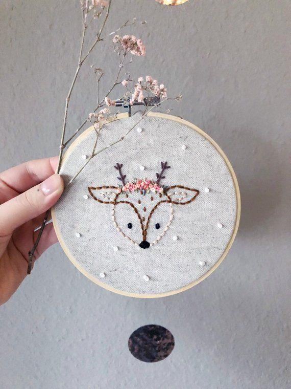 Fawn embroidery Reh stickrahmen kopf blumenkranz wanddeko kinderzimmer wald tiere Rehkitz hirsch krone dekoration stickerei fawnembroidery #crownscrocheted