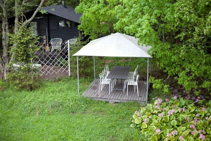 Vihreä talo: Ruokapöytä vaahteran kainalossa