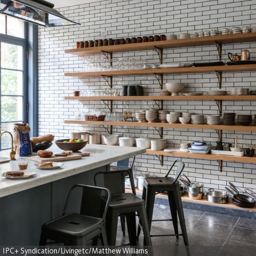 Küche im Landhausstil | Kücheninsel, Barhocker und Wandregal