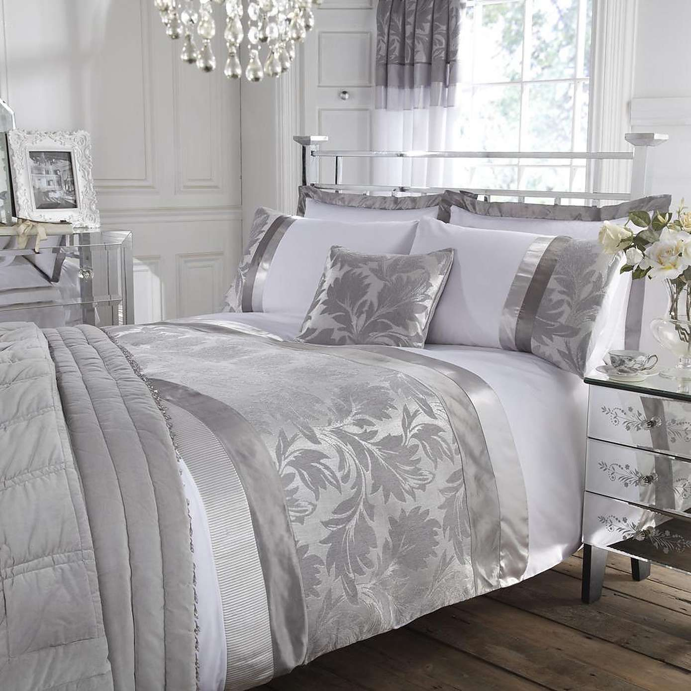 Roma silver damask jacquard duvet cover home sweet home - Grey white and silver bedroom ideas ...