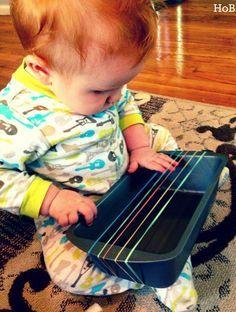 Vamos a crear un arpa o una guitarra con una bandeja reciclada y gomas elásticas. Los niños se lo pasarán genial y no pararán de tocar.