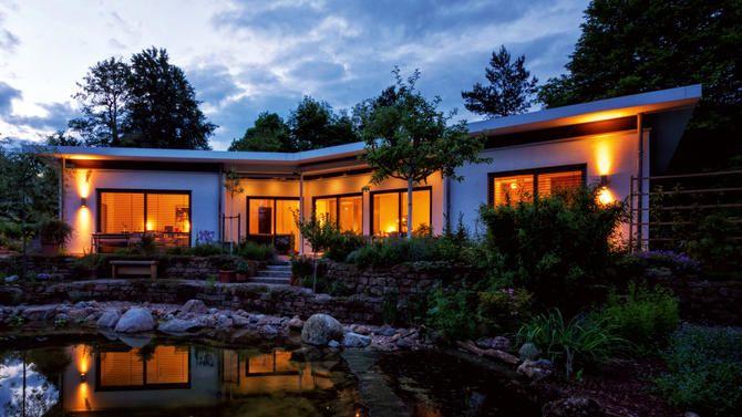 Bauhaus - Bungalow Ein Flachdachbau der neuen Klasse. Die Beziehung zwischen Natur und Architektur wirkt intensiviert. Die weiterentwickelte Sprache der Moderne zielt auf einen Stil, der klar, komfortabel und zwanglos erscheint. Eine Architektur deren Geist universell verstanden wird. #HAACKEHAUS #Bauhaus #modern #housegoals #house #home