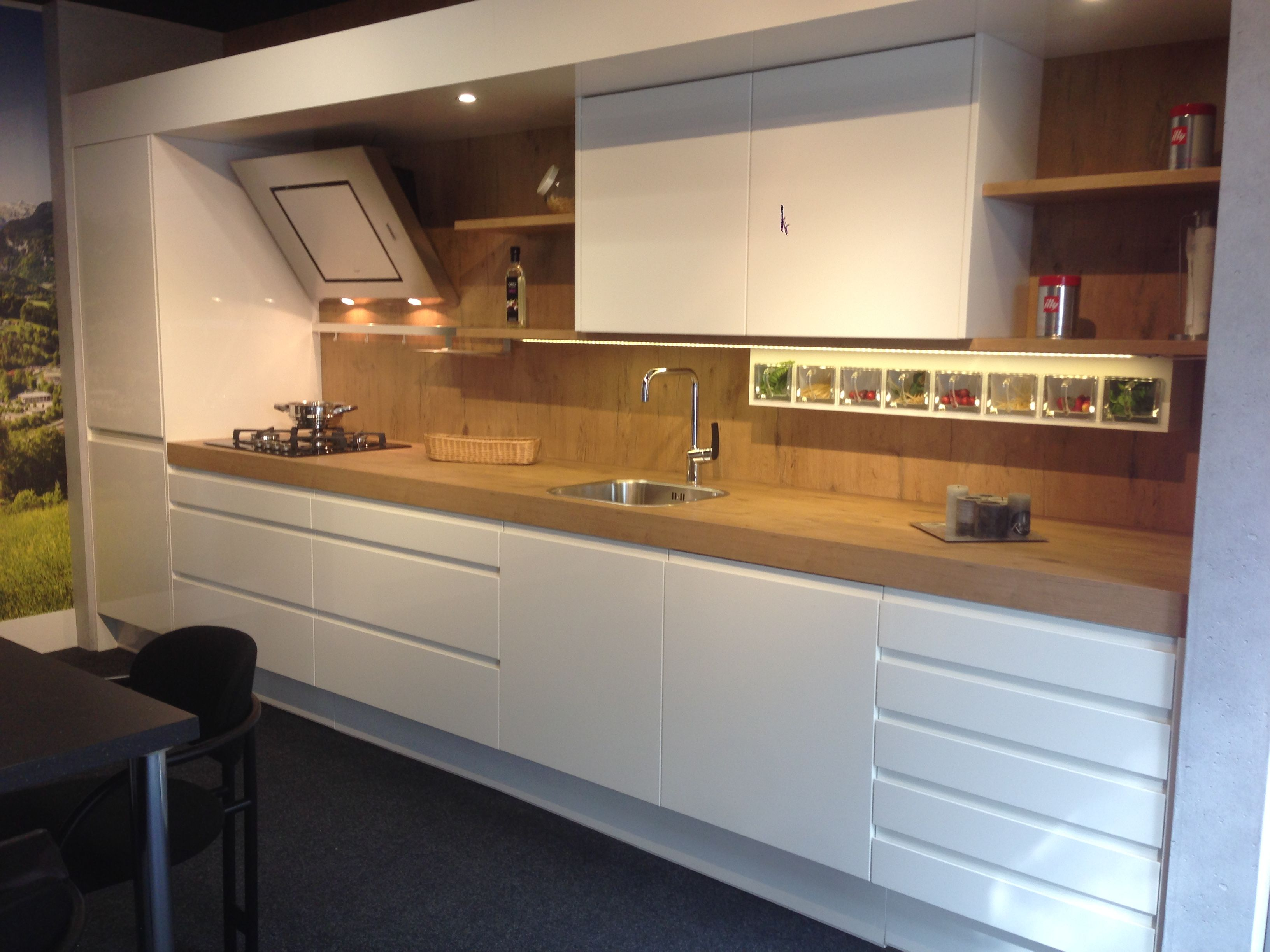 Witte greeploze keuken ontwerp van dankuchen warme houtaccenten