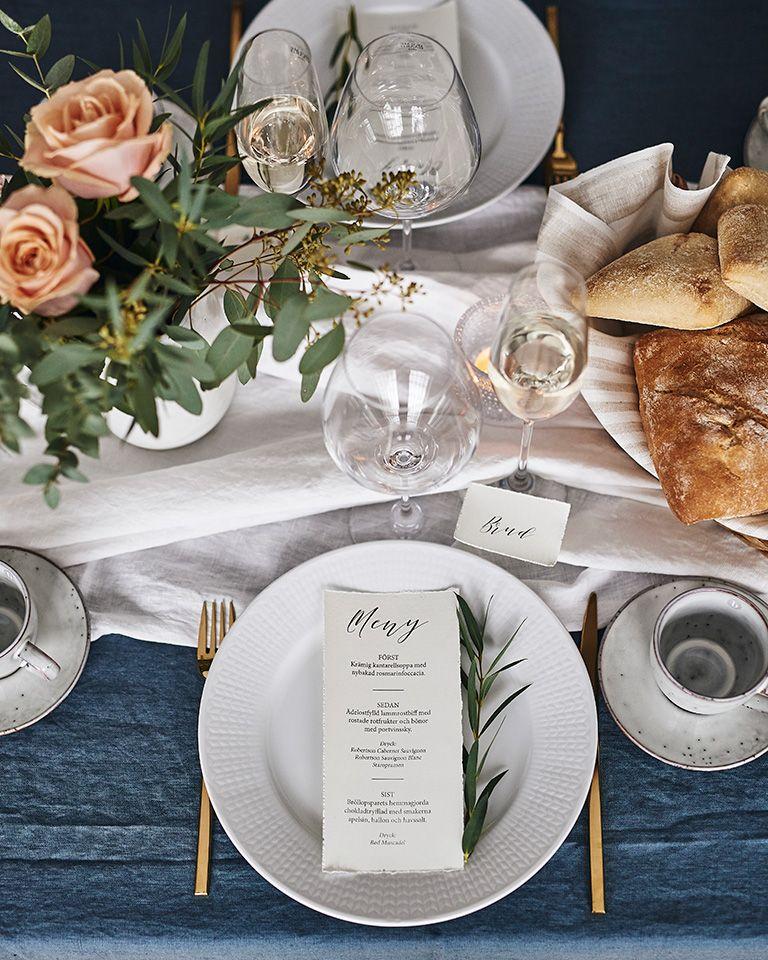 ce009907ecef Dukat för bröllop med Swedish grace tallrik. Nybakat bröd och en olivkvist  på tallriken ger