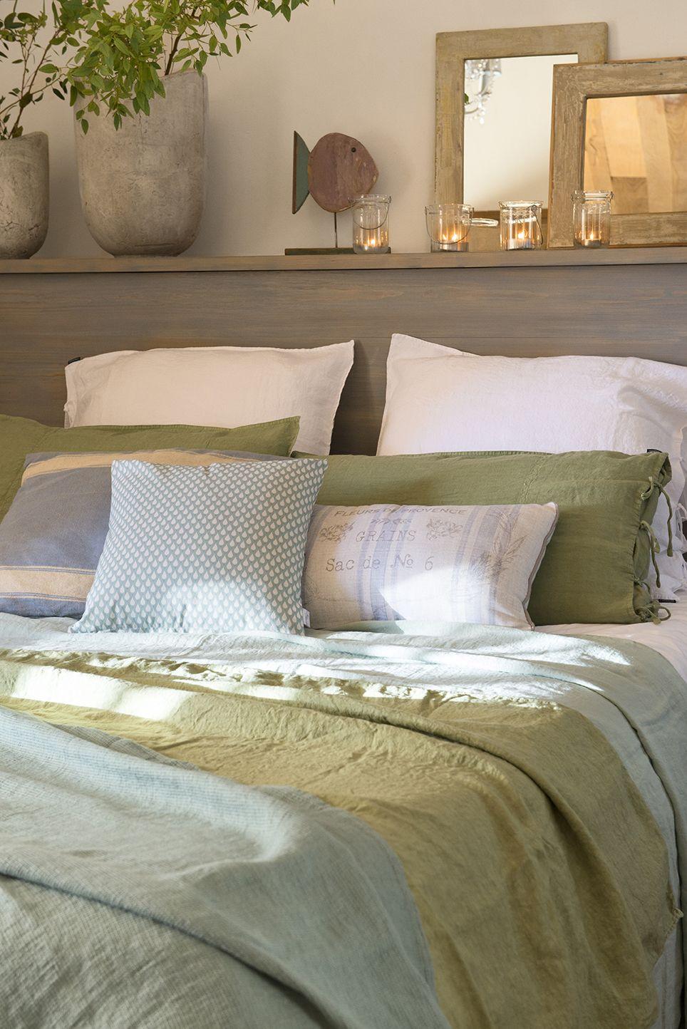 Dormitorio con cabecero de obra a modo de repisa cuadros - Cuadros dormitorio matrimonio ...
