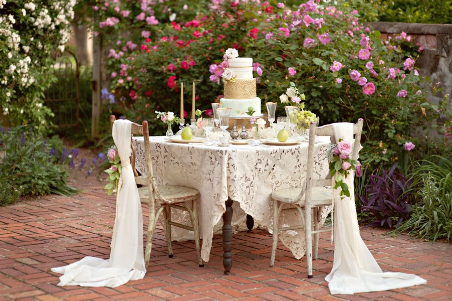 Honor table. Shabby chic Mrs & Mr table. Shabby chic wedding ideas.