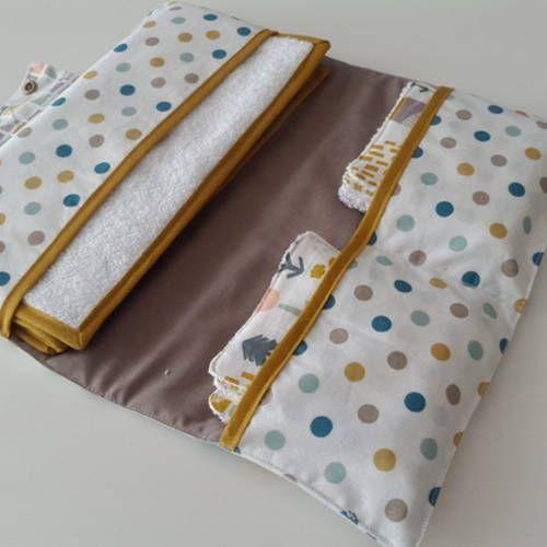 Pochette à couches avec lingettes lavables et tapis à langer en coton style scandinave motifs pois et cabanes