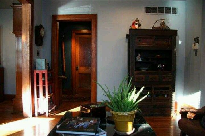 Love the warm wood colors. Aloe plant, smart.