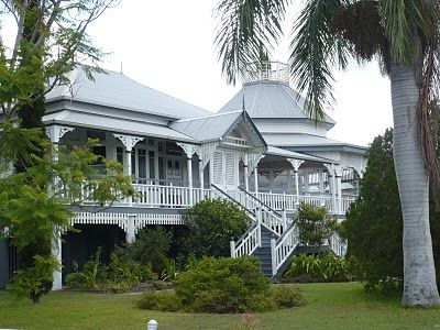 Old queenslander in maryborough birth place of pl travers for Classic queenslander house