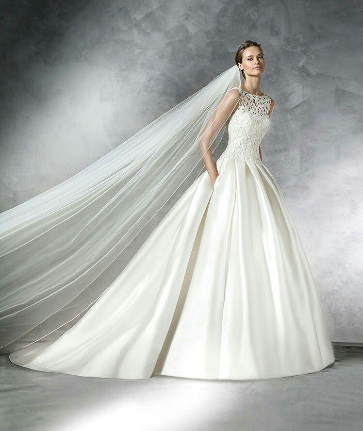 Wedding dress. Amazing. Pronovias. Lace.