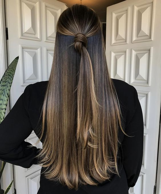 Photo of Bastante mitad arriba mitad abajo bollo / nudo. #hermosa #femenina #peinado #pelo largo # …