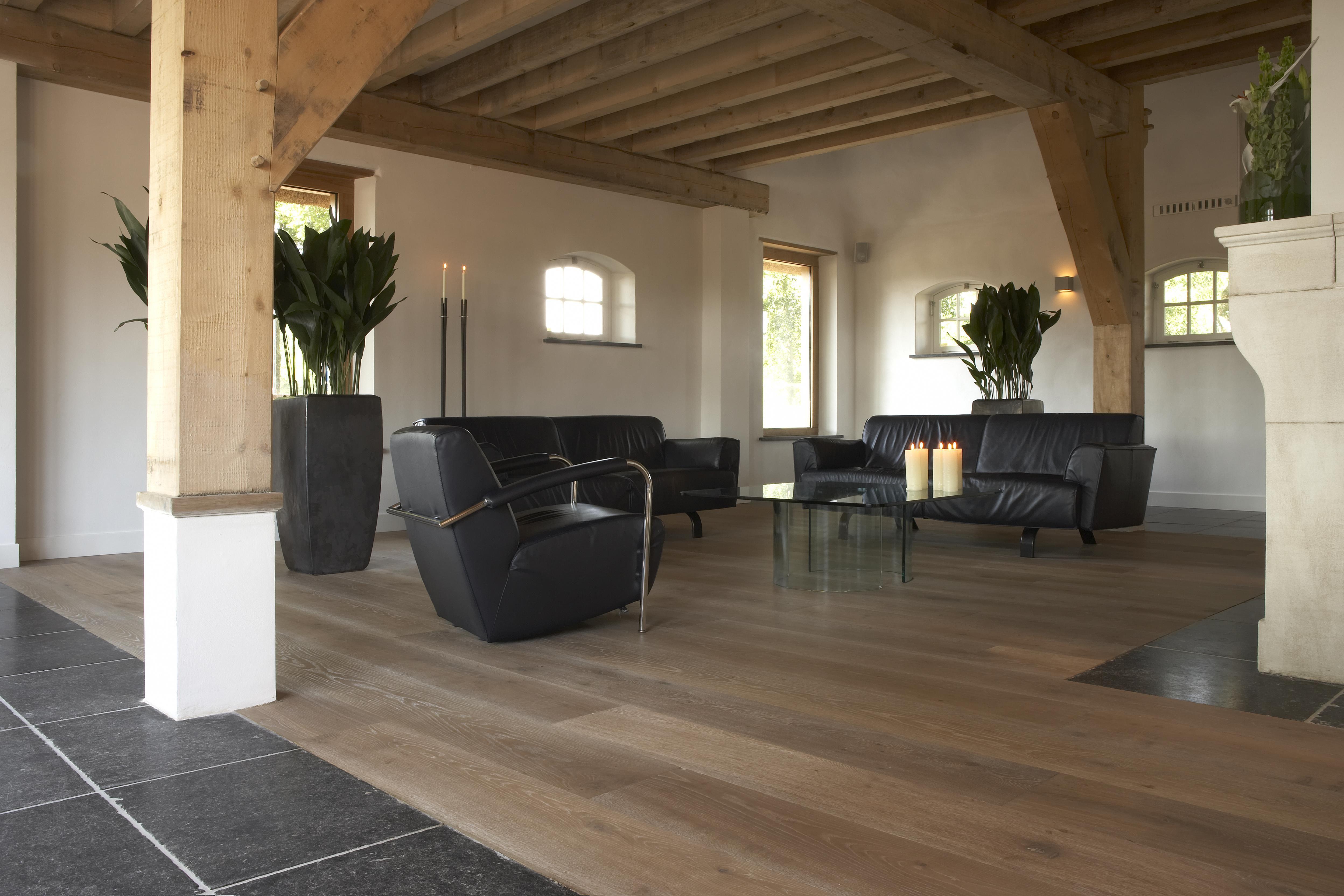 Eiken vloer met mooie overgang naar hardstenen vloer. Kijk op www ...