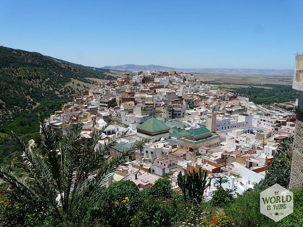 Het dorpje,Moulay Idriss dat vernoemd is naar de sultan Idriss I, neemt een hele berg in beslag. Even buiten het dorp zijn warmwaterbronnen en in het dorp kan je klimmen naar terrassen met een fantastisch uitzicht, plaatsnemen op het terras van een restaurant en zien hoe het dagelijkse leven aan je voorbij trekt. #MoulayIdriss #Meknes #Morocco #Marokko