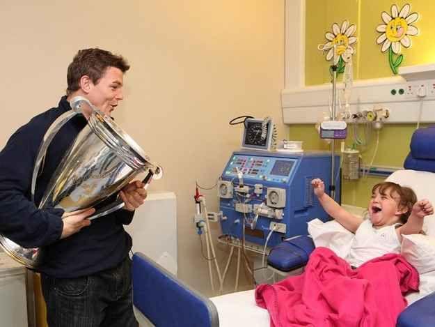O jogador de rugby irlandês Brian O'Driscoll divide a sua vitória da Copa Heineken com os seus maiores fãs num hospital para crianças.