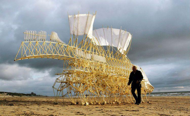 """Esculturas cinéticas dão vida a """"animais de areia"""""""