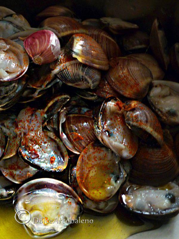 In estate la semplicità è sempre vincente, come queste vongole in bianco. Un secondo sfizioso o un condimento stuzzicante per la pasta. In the summer simplicity is always a winner, as these clams in white. A second or a tasty seasoning appetizing for the pasta.