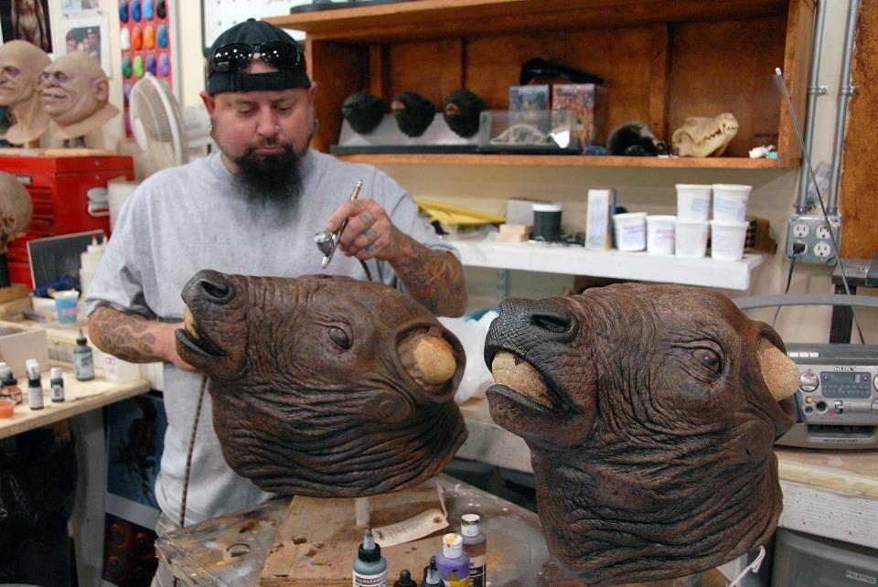 Tim Gore (pintando, a escultura eu não sei de quem é ...