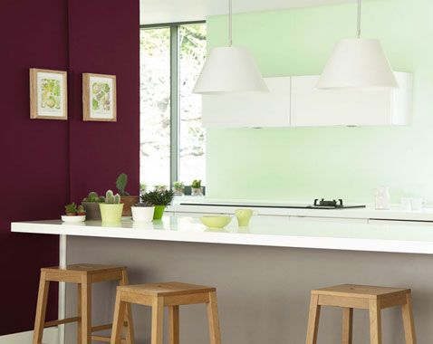 peinture cuisine couleur prune sur un pan de mur en contraste avec peinture vert d