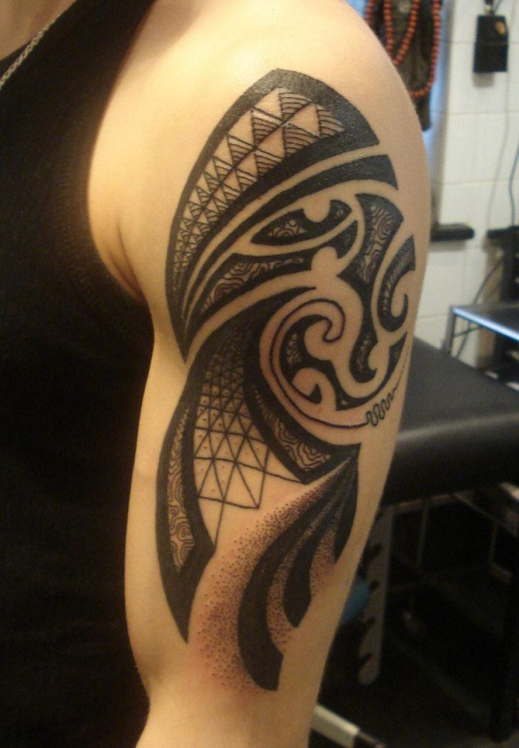 Oberarm Tattoo manner-tribal-motiv-schatten-geometrisch | Tattoos ... - Männer Tattoo Arm