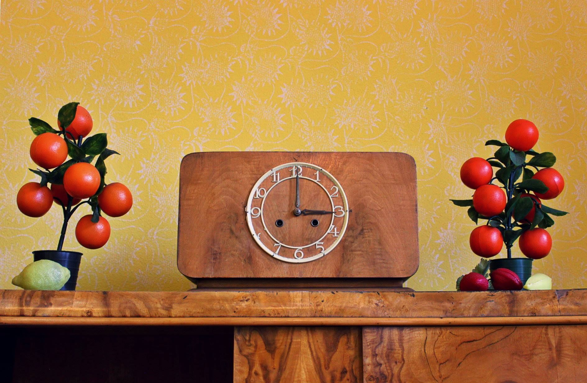 Beautiful clock in typical traditional silesian flat // Reconstruction in Muzeum Historii Katowic #deco #decoration #folk #folklore #traditional #clock #tomato #tomatoes #etno #etnology #silesia #śląsk #zegar #folklor #katowice #pomidory #yellow #brown #orange #retro #vintage #50s