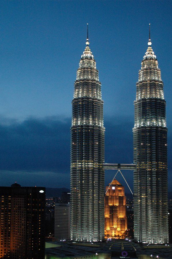 The Twin Petronas Towers In Malaysia Were Commissioned By Petroleum Conglomerate Petronas And Are Connected By A Sky Bri Petronas Towers Architecture Building
