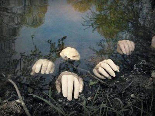 scary Halloween decoration ideas garden decoration fake hands in garden pond