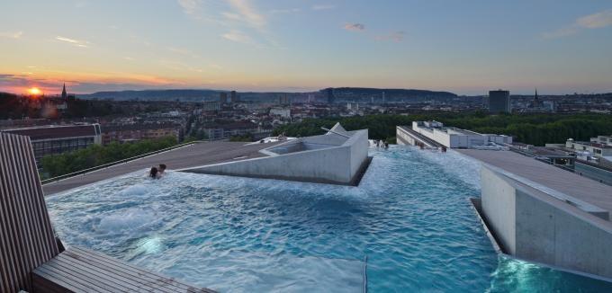 B2 Boutique Hotel + Spa: Der Höchste Pool über Der Stadt Am See