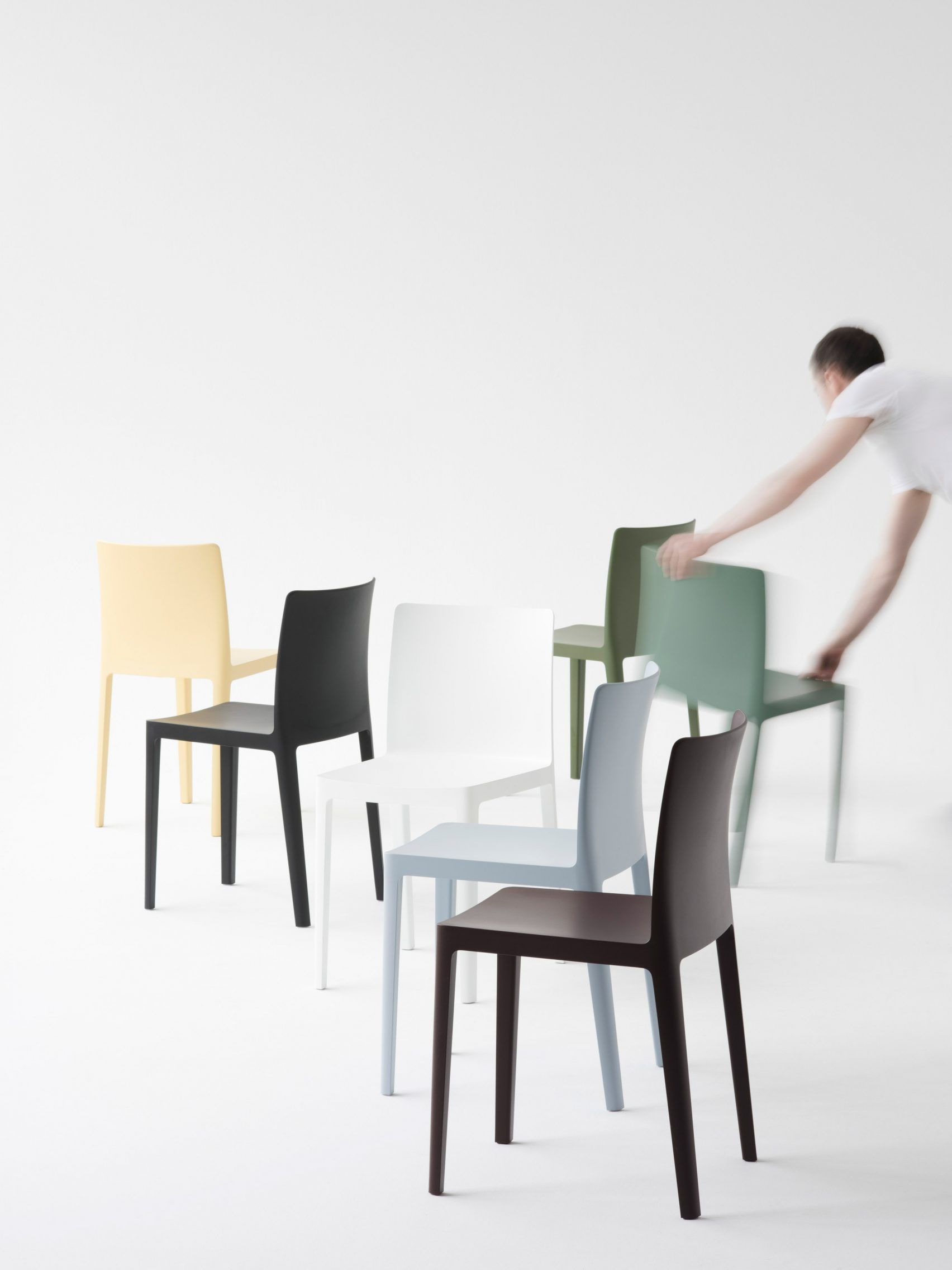 Bouroullec brothers design low cost l mentaire chair for for Sedie design low cost