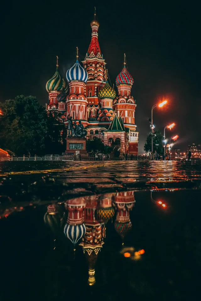 Rainy Nights In Moscow Make For The Prettiest Puddle Photos Mostbeautiful Photo Russia Travel Rainy Night