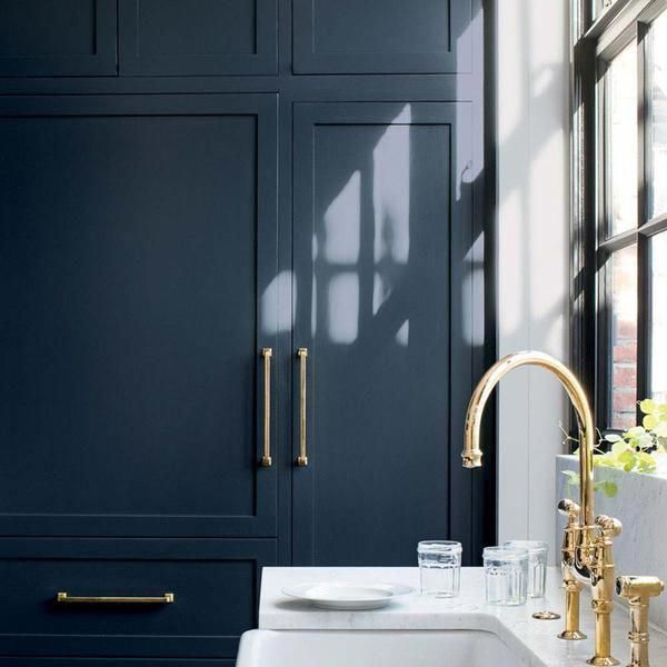Benjamin Moore's HC-154 Hale Navy on kitchen cabinets. #kitchencolors #halenavybenjaminmoore