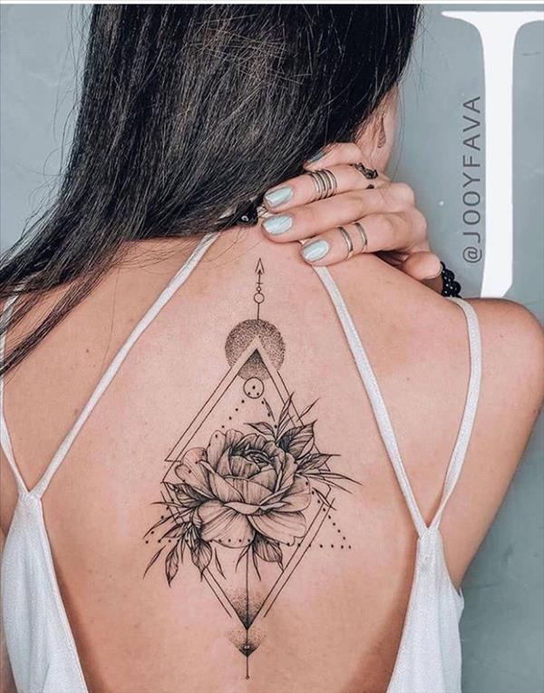 Pretty Back Tattoo Design For Woman Back Tattoo Back Tattoo Spine Back Tatt Em 2020 Tatuagem No Meio Das Costas Frases Para Tatuagem Feminina Meninas Com Tatuagem