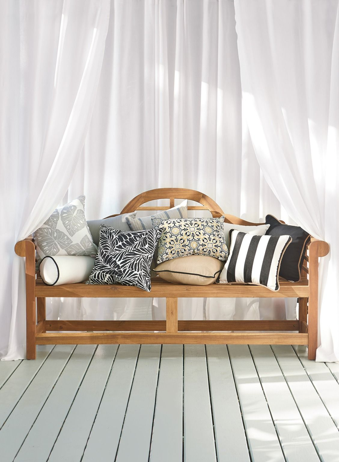 How To Coordinate Your Patio With Blacks And Whites Black And  ~ How To Coordinate Throw Pillows For Sofa And Chairs