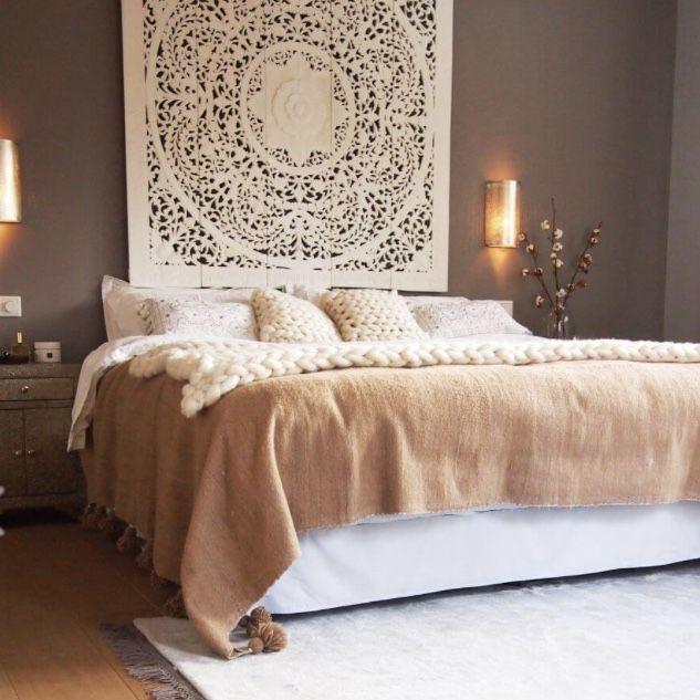 Droom van een slaapkamer met handgesneden houtsnijwerk wandpaneel ...