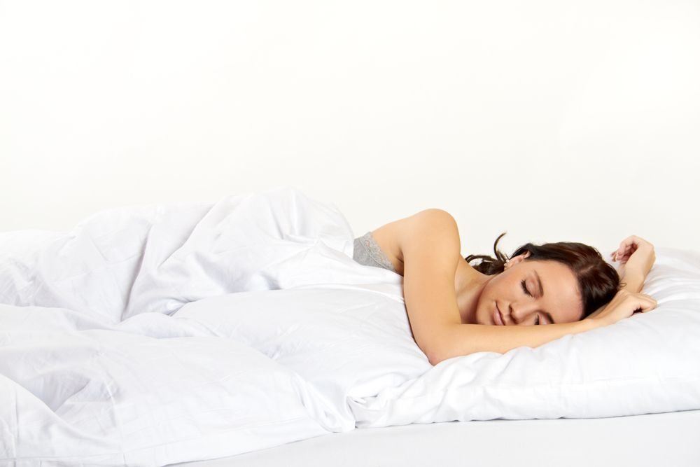 Durma o suficiente.  Já são muitos os estudos que ligam a insuficiência de horas de sono com o aumento de peso e o cansaço com a vontade de comer excessivamente. Um estudo feito pela Universidade de Columbia, nos Estados Unidos revela que pessoas que dormem poucas horas por noite tendem a sentir maior apetite por comida com elevado teor de gordura. Tente dormir as suas 7/8 horas de sono diárias para conseguir manter uma alimentação mais saudável e um peso equilibrado. www.be-slim.pt