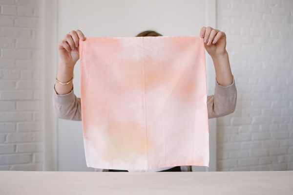 diy watercolor napkins - photo by Sweet Root Village http://ruffledblog.com/diy-watercolor-napkins