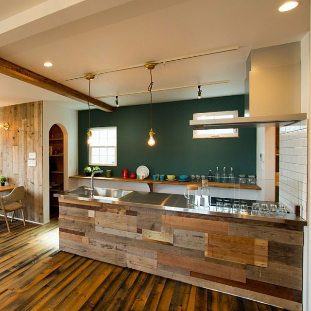 キッチン ステンレス天板 古材 古材板壁 サブウェイタイル などの