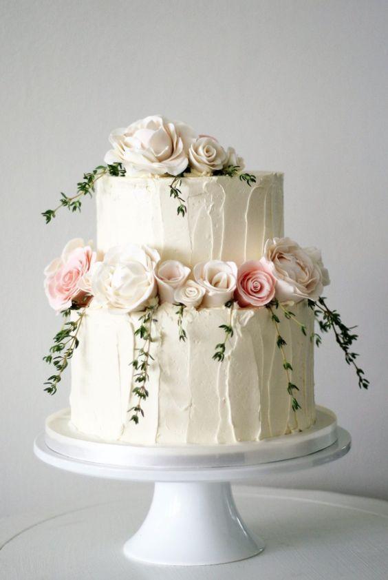 Empfohlener Kuchen: The Cocoa Cakery; Zweistufige weiße strukturierte Hochzeits…