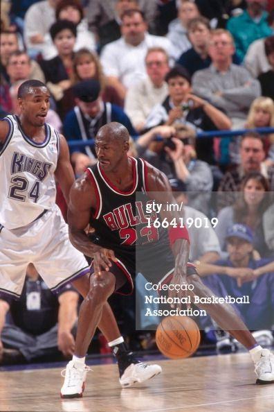 7ab4a54b46f512 Fotografia de notícias   Michael Jordan of the Chicago Bulls dribbles the.