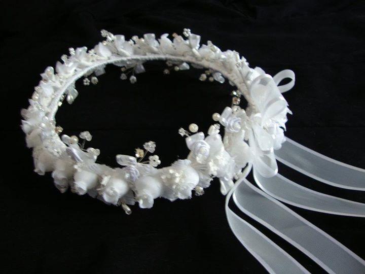 Corona primera comuni n con flores de seda perlas y - Coronitas de flores ...