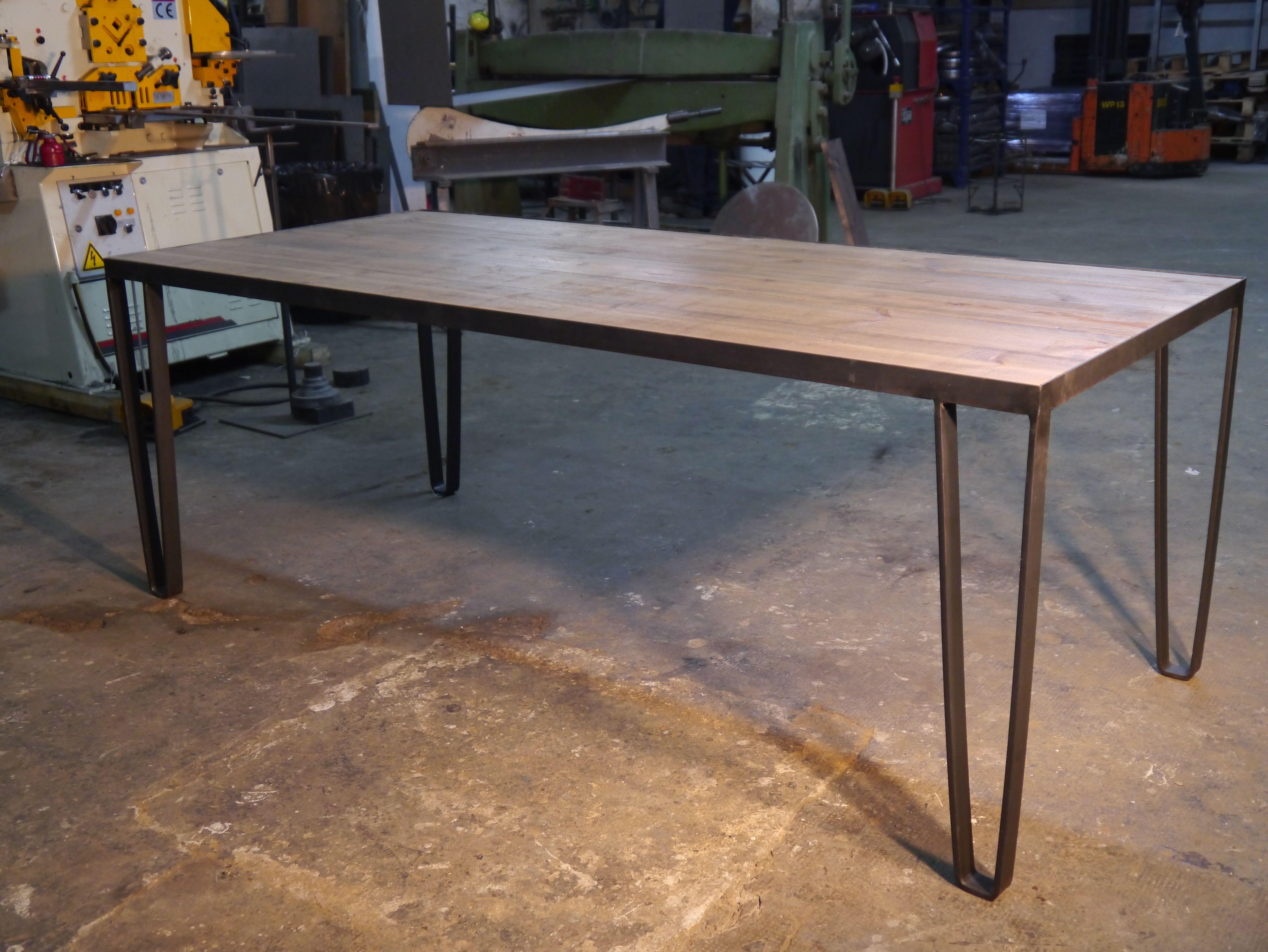 mesa estilo industrial en hierro y madera de comedor boqueria
