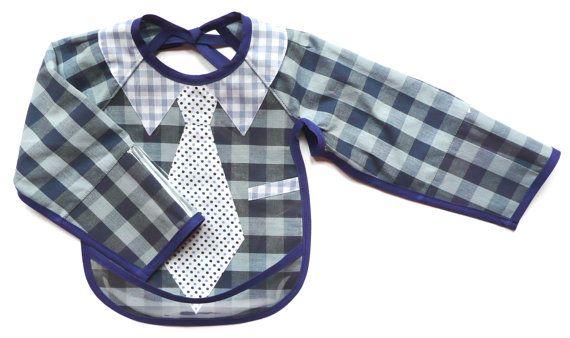 Bavoir à manches cravate à pois et chemise à carreaux bleu en tissu et plastique. Création de Bibi Pirouette à 29 € réalisé à la demande.