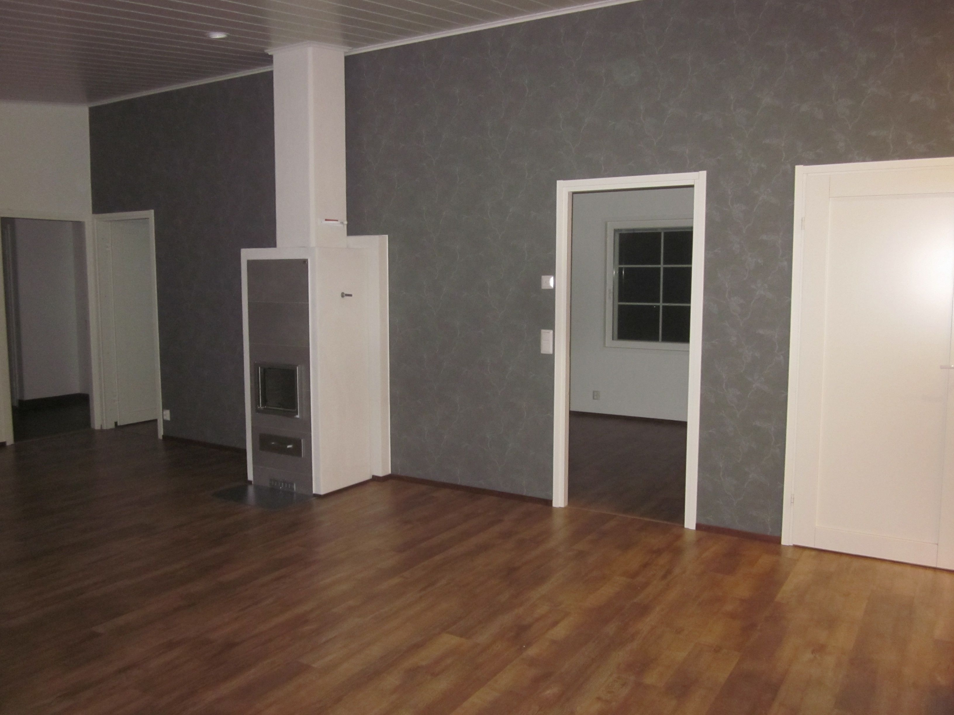 Seinän harmaa komppaa kivasti takan laatoitusta, Piippola 136, Lappeenranta