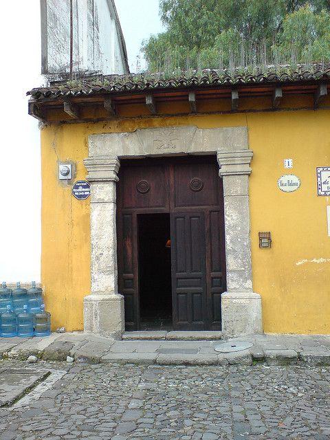 Puerta De Una Casa Colonial Antigua Guatemala Spanish Architecture Colonial Architecture Antigua Guatemala